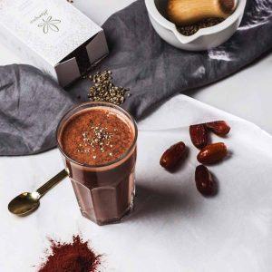 Kokteilis su datulėmis, kakava bei kanapių sėklomis